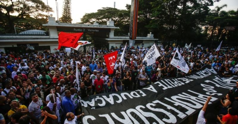 Professores em greve protestam em frente ao Palácio dos Bandeirantes (SP)